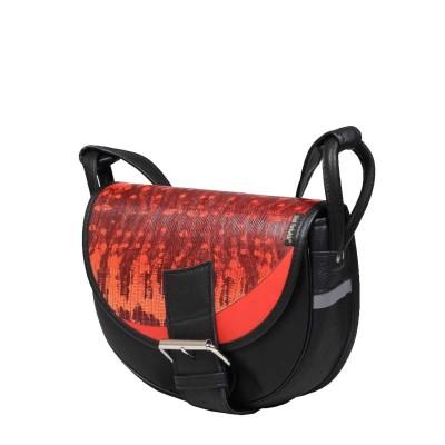 czerwono czarna skórzana torebka
