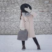 Cześć, nazywam się Klara 😊 Jak wspaniale, że również w Krakowie TYLE śniegu napadało! Miłego poniedziałku!   Jestem skórzaną torebką do ręki i na ramię.W najlepszym stylu uzupełnię każdą Twoją stylizację. W tej wersji, którą widzicie na zdjęciu zostalam uszyta ze skóry w kolorze szarym o fakturzę, którą lubi bardzo dużo Słoniofanek. Niedługo pokażę Wam się z bliska!   Przypominam, że w naszym sklepie online trwa zimowa promocja na skórzane torebki i plecaki LINK W BIO www.slontorbalski.pl   Koniecznie sprawdźcie, które Słonie czekają na Was w specjalnych cenach! Promocja trwa do końca tygodnia ❤️  #skorzanatorebka #torebkazeskory #torba #torebka  #modnatorebka #leatherbag #uszytewpolsce #slontorbalski #polskamarka  #handmade #madeinpoland  #inspiracja #stylizacja #fashion #trendy #blackbag #listonoszka #trendy2021 #fashionstyle #fashionlover #krakowskamarka #galanteria #promocja #styczne2021 #zima #zimowastylizacja #zima2021  #winteroutfit #winterfashion