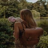 Tak będę prezentować się na Twoich plecach 🙂 Drogie Słoniofanki życzymy Wam udanego weekendu i pamiętajcie zajrzeć do sklepu online gdzie czekają Słoniki z rabatem NAWET do -50%! Link znajdziecie w BIO. Warto się pośpieszyć - torebki i plecaki skórzane w takich cenach szybko znikają 🙂  @natumfatum jeszcze raz dziękujemy za zdjęcie! ❤️  #plecak #leatherbag #summervibes #lato2021 #oodt  #plecakskórzany #skórzanyplecak #vintagebag  #brazowyplecak #szyjemywpolsce  #wspierampolskiemarki #recznierobione #recznieszyte #polskamarka #skorzanatorebka #slontrabalski  #fashion #fashioninspo #lato #letniastylizacja #backpack  #handmadebag #blogerkamodowa #ogrod #galanetria #wygodnyplecak #trendy2021 #moda2021