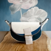 """Poznajcie kolejnego Freshmana z kolekcji inspirowanej słowami naszych Słoniofanek: nasze torebki i plecaki wyglądają """"jak małe dzieła sztuki"""" ❤️ Z czym Wam się kojarzy? Nam z kolorem nieba i chmurkami na nim ☺️  Freshmany i inne modele Słonie możecie teraz kupić z rabatem -18% na stronie www.slontrobalski.pl LINK W BIO Zapraszamy! ❤️  W duchu tej inspiracji zaprojektowaliśmy specjalną kolekcję Freshmanów, które zostały sfotografowane na tle pięknych obrazów. Każdy jak zawsze jest wyjątkowy, uszyty ręcznie w limitowanej ilości i już się nie powtórzy. Oczywiście kolory każdego muszą być bardzo orygialne 🙂 Będziemy Wam powoli przedstawiać tą kolekcję 🙂  #torbaskórzana #leatherbag  #slontorbalski #madeincracow #madeinpoland #handmade #polskamarka  #recznierobione  #trendy  #modnapolka #polskamarka #wspierampolskiemarki  #torbanaramię #szyjemywpolsce #listonoszka #galanteria #torba #skorzanatorebk  #moda #pomyslnaprezent #promocja #oryginalnatorebka #pomaranczowatorebka #brazowatorebka #torebkazeskóry #polishdesign #listonoszka #listonoszkaskórzana #crossbag"""