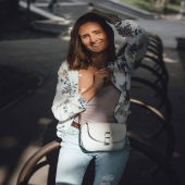 Uśmiechnięta Słoniofanka to dla nas widok bezcenny 😊   Tutaj @mlglam_fashion na ramieniu z torebką Camille 😊   Wszystkie torebki i plecaki sa obecnie na promocji -20% zapraszamy na nasza strone link w bio www.slontorbalski.pl   #ulubionatorebka #torebkanaramię #polskadziewczyna #stylowamama #stylowepolki #modnapolka #ootdinspo #ootdgoals  #details #floralstories #floral_secrets #floralinspo  #lifestyle #slontrabalski #listonoszka #skorzanatorebka #wiosna2021 #torebka #torebkaskorzana #listonoszkaskorzana #modnatorebka #madeinpoland #rekodzielo #szyjemywpolsce #wspierampolskiemarki