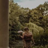 """Popatrzcie w jakiej pięknej scenerii @natumfatum pokazała nasz plecak! Bardzo dziękujemy!   Ten model jest jeszcze dostępny, nazywa się """"Teofila"""" i tak jak wszystkie skórzane torebki i plecaki jest obecnie na promocji. Wybrane modele możecie kupić z rabatem nawet -50%! Zapraszamy do sklepu online LINK W BIO  #plecak #leatherbag #summervibes #lato2021 #oodt  #plecakskórzany #skórzanyplecak #vintagebag  #brazowyplecak #szyjemywpolsce  #wspierampolskiemarki #recznierobione #recznieszyte #polskamarka #skorzanatorebka #slontrabalski #instawtorek #fashion #fashioninspo #lato #letniastylizacja #backpack  #handmadebag #blogerkamodowa #ogrod #galanetria #wygodnyplecak #trendy2021 #moda2021"""