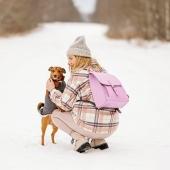 Żegnamy zimę pięknym zdjęciem @haaapyeverafter z naszym plecakiem w cudnym liliowym kolorze ❤ Dziękujemy!   To zarazem zapowiedź wiosny! 🌺 Plecak w takim kolorze będzie idealnie pasował do wiosenno zimowych stylizacji ❤ Nie mówiąc o tym, że absolutnie to jeden z topowych kolorów nadchodzącego sezonu 😊   Na dodatek teraz jest na promocji z okazji Dnia Kobiet sprawdźcie w naszym sklepie online LINK W BIO   #plecak #torbaskórzana #leatherbag #plecakzeskory  #slontorbalski #madeincracow #madeinpoland #handmade #polskamarka #rekodzielo #recznierobione #modnyplecak #fioletowyplecak #bookpack #trendy #modnykolor #leather #modnapolka #polskamarka #wspierampolskiemarki #milegoponiedzialku #fiolet #liliowy #dog #piesek