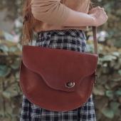 A tak wyglądam z bliska ❤️ Drogie Słoniofanki promocja BLACK WEEK trwa! Skórzane torebki i plecaki możecie kupić nawet 50% taniej ➡ LINK W BIO www.slontorbalski.pl TAKA promocja to okazja niemal raz na rok!   Na zdjęciu widzicie model Sophie, brązową listonoszkę uszytą ręcznie w Krakowie z najwyższej jakości skóry naturalnej. Chętnie trafi na Twoje ramię!  Pozdrawiam,  Słoń  ⭐ Słoniofanki jeśli kliknięcie na zdjęcie zostaniecie przeniesione od razu na stronę, gdzie czeka Sophie w różnych wersjach kolorystycznych   Na zdjęciu model Sophie w towarzystwie modowej stylizacji autorstwa @kchudzicka_stylist, na ramieniu modelki @surexerun  . . . #blackfriday #skorzanatorebka #torebkazeskóry #slontorbalski #torebkanajesień #listonoszka #fashion  #polskamarka #handmade #bag  #jesieniara #trendy #modnapolka #slontorbalski #polskadziewczyna #moda #style #stylizacja #promocja #listonoszkaskórzana #madeinpoland #madeinkrakow #polskiprodukt #modnapolka #autumnvibes🍁 #jesienneklimaty #jesiennestylizacje #torbadamska #brownbag #brazowatorebkazamszowa